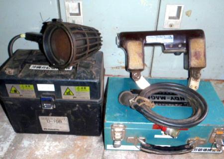 電磁発生器(右)、紫外線発生装置(左)